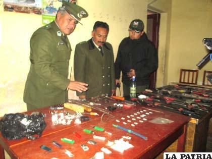 Autoridades policiales muestran los objetos secuestrados en la requisa