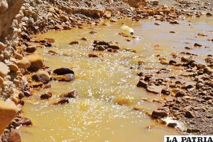 Aguas contaminadas por residuos mineros bajan hacia el lago Poopó