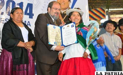 Entrega del certificado de egreso a una de las estudiantes