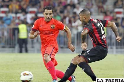 Xavi Hernández intenta salir airoso de la jugada