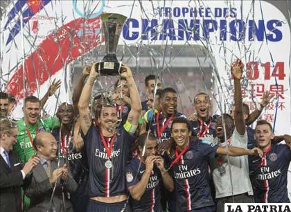 Los jugadores del PSG con el trofeo en alto