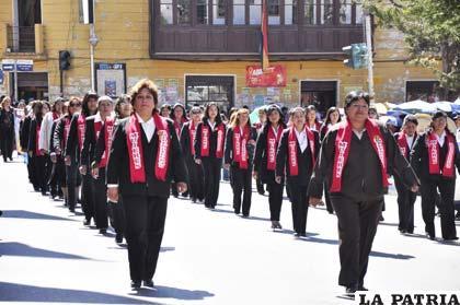 ... cívico de homenaje a los 189 años de Independencia de Bolivia