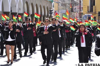 ... del Sedes enarbolaron la Bandera Nacional en el homenaje a Bolivia
