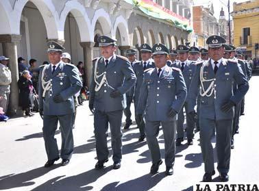Autoridades militares de Oruro pasan ante el altar patrio con civismo