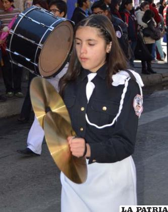 Natalia Delgado acompañando el ritmo en la banda del Anglo Americano