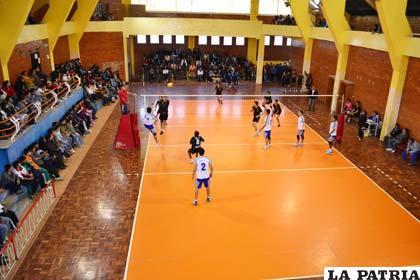 Por el momento el piso de la cancha de voleibol es de parquet