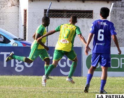 Rogerio Inacio celebra los dos goles que anotó