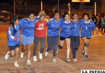 Vuelta olímpica de las integrantes de Udabol