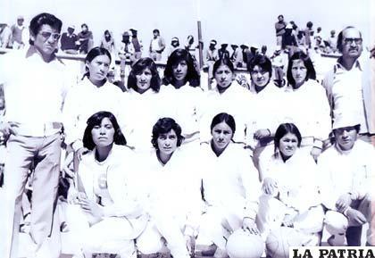 Con el equipo de Atlético Uyuni en 1974 (Daysi Saavedra la tercera de las de cuclillas, de izquierda a derecha)