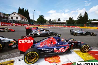 El coche de Ricciardo (Red Bull) en plena competencia