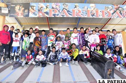 La familia del bicicross al final de la premiación que se realizó ayer domingo