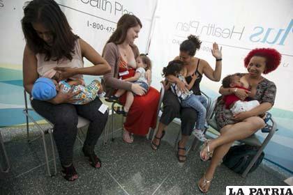 Varias mujeres paraguayas amamantan simultáneamente a sus bebés /Twimg.com