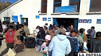 Usuarios salen de la oficina del Segip tras la gasificación