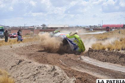 El coche de Víctor Gonzales (49) se vuelca en la curva