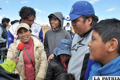 Gonzales y su navegante junto a su familia, menos mal no pasó nada