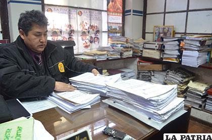 El fiscal Zulmer Villegas con la documentación que es parte del proceso de investigación