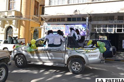 Estudiantes arriesgan su vida en la caravana