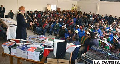 El Vicepresidente Álvaro García Linera el momento de entregar libros para la biblioteca /ABI
