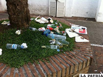 Dos millones de botellas plásticas o envases de soda son tiradas cada cinco minutos
