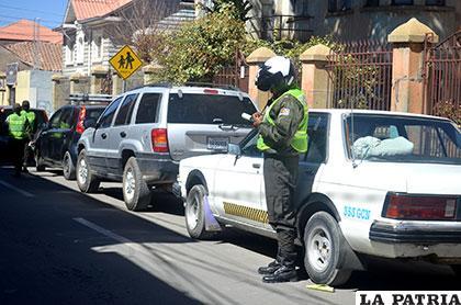 Podrían cambiar la norma que prohíbe estacionarse en el centro de la ciudad