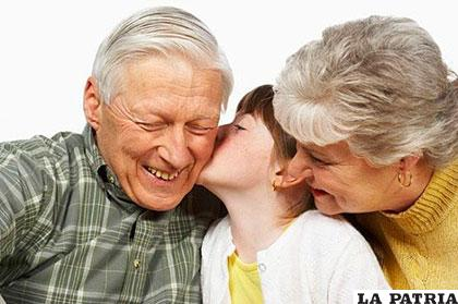 Los abuelos hacen que los nietos mantengan contacto con su historia familiar