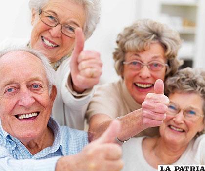 Algunos adultos mayores se juntan para realizar actividades de esparcimiento