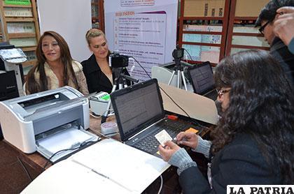 Mayra Nancy Claros Gutiérrez y Daniela Jazmín Colquechambi Tórrez, son las primeras personas en tramitar su cambio de identidad en esta ciudad