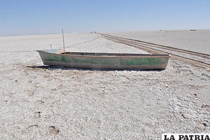 Varios botes abandonados se encuentran en la caminata en busca de agua