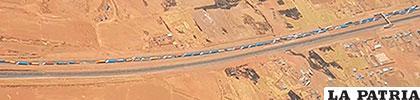 Imagen aérea de la larga fila de camiones a la espera de superar el punto de bloqueo