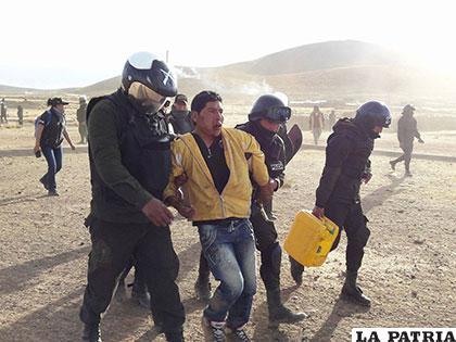 Momento de la detención de un minero cooperativista