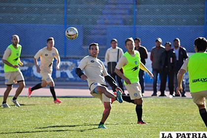 Gerardo Yecerotte intenta dominar la pelota