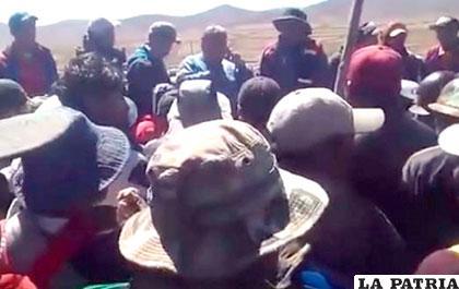 Imagen capturada del video, donde aparece Illanes rodeado por sus secuestradores /ANF