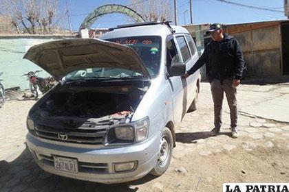 Un investigador de Diprove muestra el vehículo recuperado