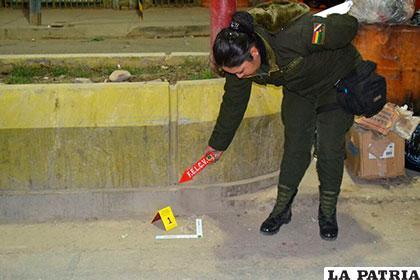 La policía señala el lugar donde explotó la dinamita /FELCV