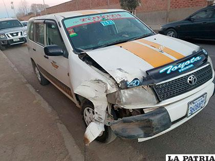 El taxi impactó a los vehículos estacionados