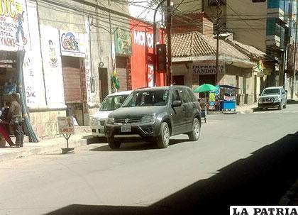 El motorizado mal estacionado