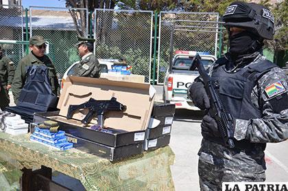 Un policía posa al lado del material de dotación