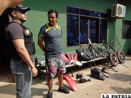 Las piezas de motocicletas y el aprehendido fueron mostrados a la prensa