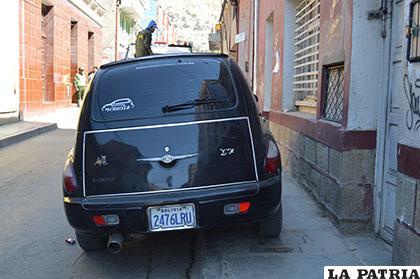 En la calle Sucre la calzada y las veredas son estrechas y pesar de ello algunos conductores parquean sus  motorizados