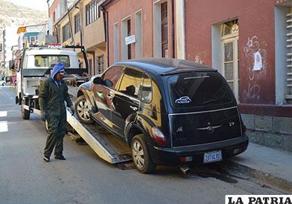 Momento en que un vehículo mal estacionado es llevado en grúa