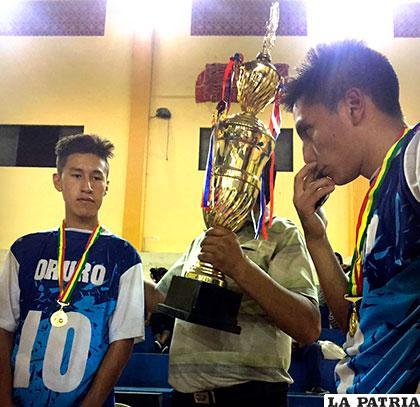 Yderf Yucra y Jairo Thomas,  reciben el trofeo de campeón