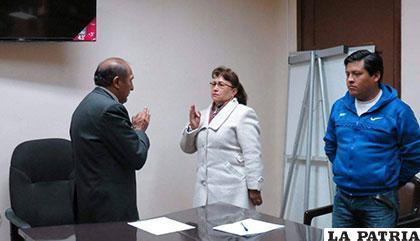 El administrador de la CNS Oruro posesiona a Edith Pérez /CNS
