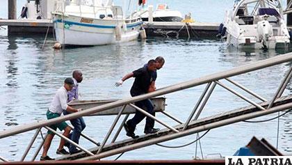 El cadáver de una de las víctimas del naufragio llega a tierra /diariocorreo.pe