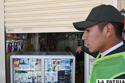 El efectivo policial señala a la niña que lloraba al fondo de la caseta