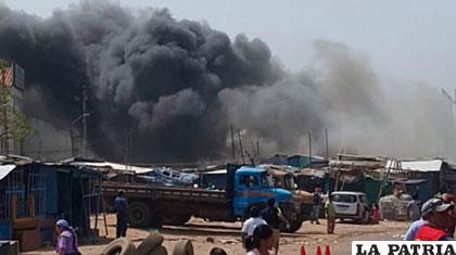 El incendio consumió gran parte del centro de abasto /Redes Sociales