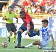 Cristian Chávez de Wilstermann elude la marca de Marcos Barrera