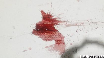 La sangre de la víctima sobre el pavimento de la vía pública