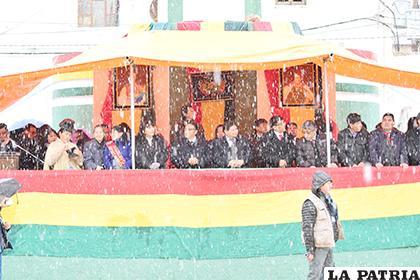 A pesar del frío, la lluvia y la nieve, el desfile escolar en homenaje a Bolivia se llevó a efecto