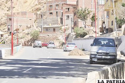 Por acomodar sus vehículos algunos vecinos retiraron barandas de la avenida Panamericana /ARCHIVO