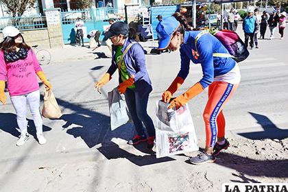 Participantes de la primera Ruta de Limpieza por la Vida, plogging Oruro